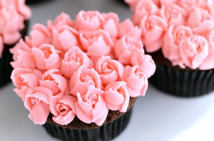How to EASILY pip mini roses with frosting on cupcakes and cakes @createdbydiane www.createdby-diane.com